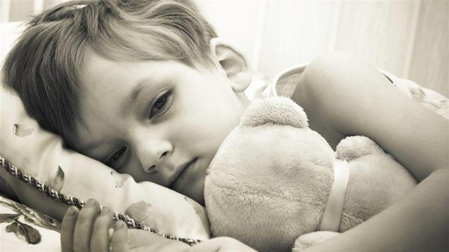 Les enfants adoptés qui ont été mal traités ont souvent des troubles de l'attachement.