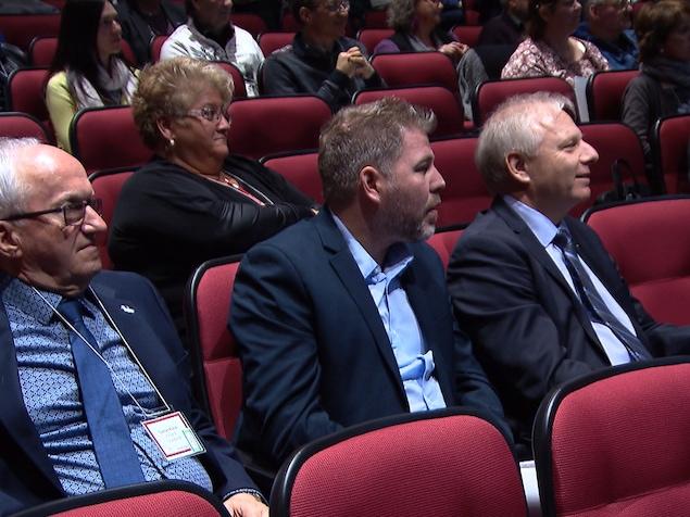 Le maire d'Amqui, Gaétan Ruest, le député péquiste de Matane-Matapédia, Pascal Bérubé et le chef péquiste Jean-François Lisée au Forum citoyen sur l'avenir des soins de santé dans La Matapédia.