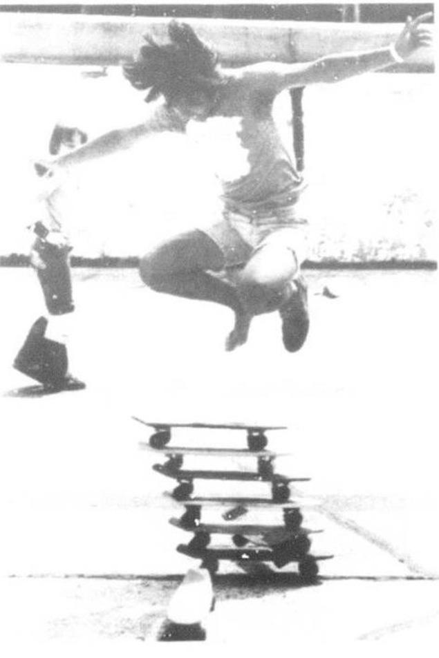 Une découpure de journal montre un jeune homme en train de faire un saut en planche à roulettes.