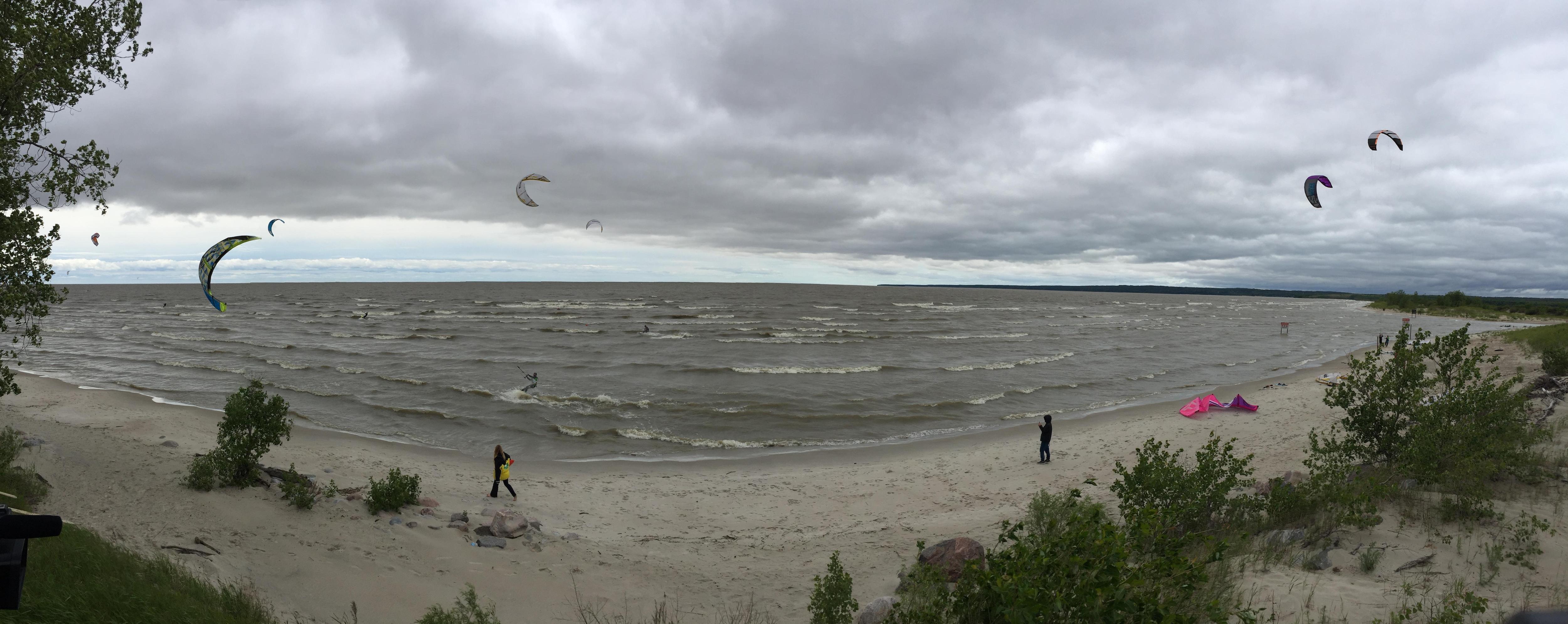 Des kitesurfs ou planches aérotractées sur la plage