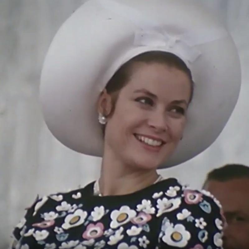 La princesse souriante, porte un grand chapeau