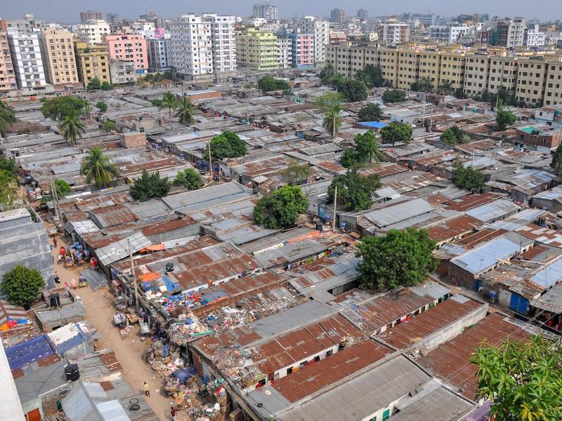 Une vue aérienne d'un bidonville