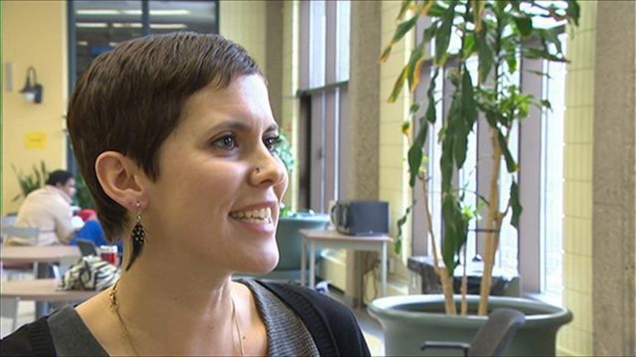 Mme Sonia Bonspille Boileau répond en souriant à la question du journaliste
