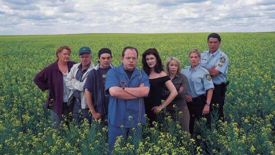 Tous les personnages de l'émission «Corner Gas», dans un champs de canola en fleurs.