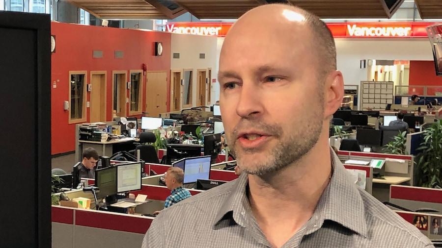 Eric Leblanc en entrevue dans la salle des nouvelles.