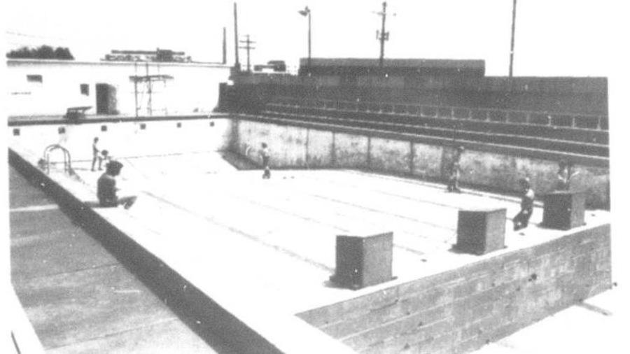 Une découpure de journal montre une piscine vide où des jeunes font de la planche à roulettes.