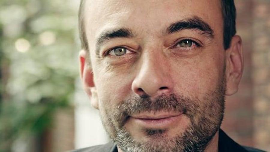 L'économiste indépendant Ianik Marcil sourit à la caméra.