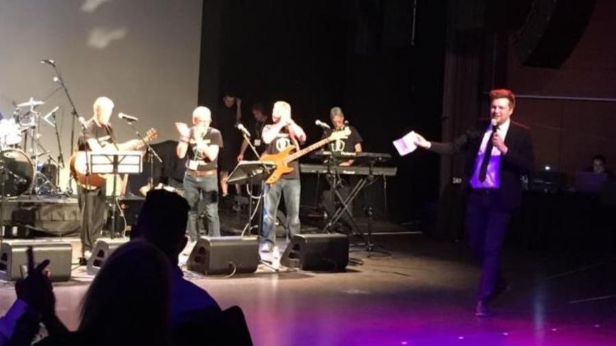 Jean-François Chevrier anime une soirée boîte à chansons pour clore les célébrations du 50e anniversaire du Collège Louis-Riel, à Winnipeg.