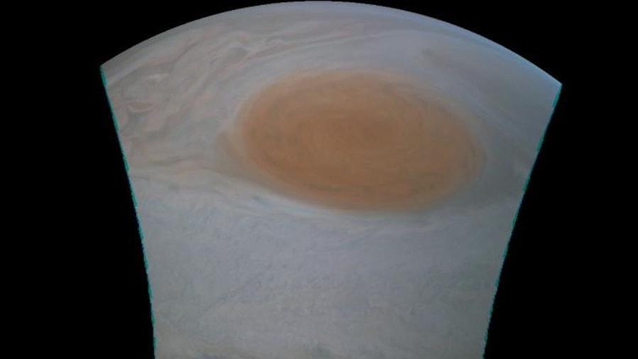 Cette image, dont les couleurs n'ont pas été modifiées, a été captée à 13 917 km de la couverture nuageuse de Jupiter.