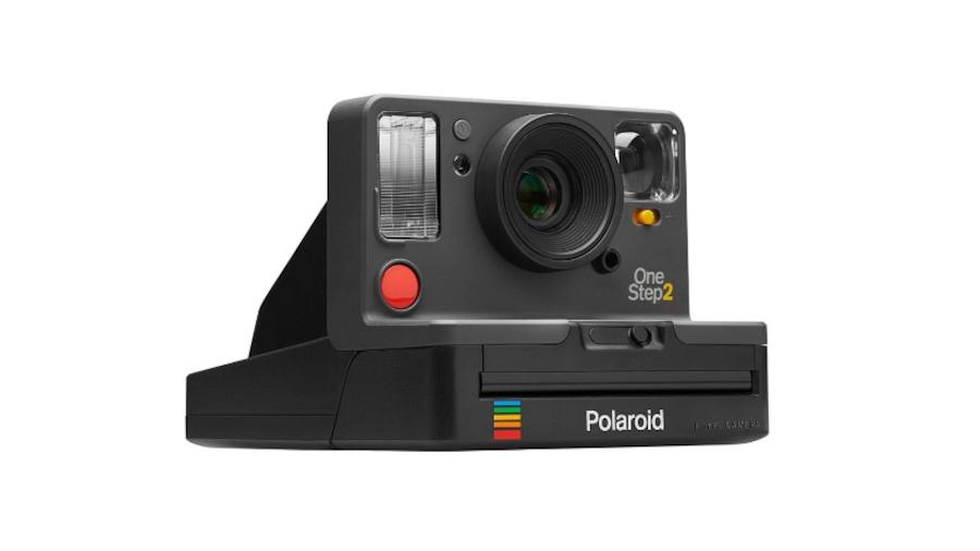 Une photo de l'appareil photo Polaroid OneStep 2, de biais.