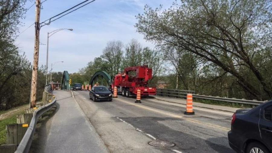 Des automobiles roulent au ralenti sur le pont de la 108 près de l'Université Bishop's.