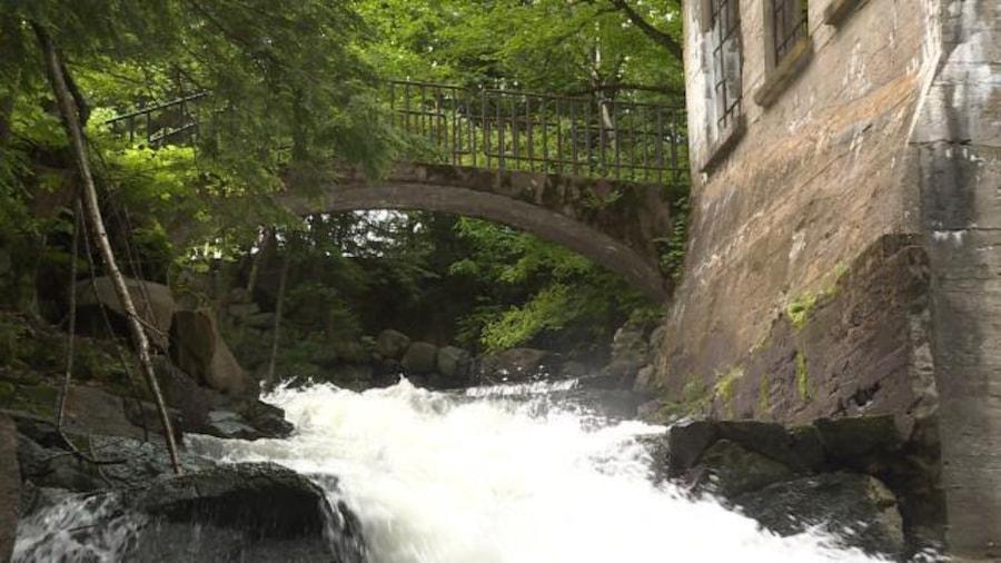 Les ruines du bâtiment avec le point qui enjambe la cascade.