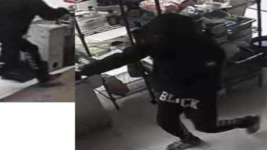Le mot «BLACK» est inscrit sur le pantalon d'un des suspects.