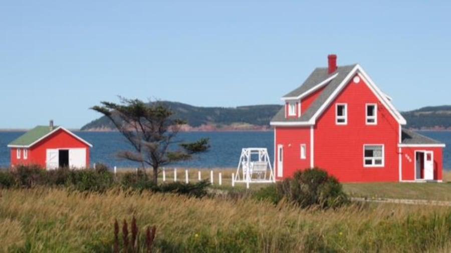 Deux maisons rouges aux Îles-de-la-Madeleine