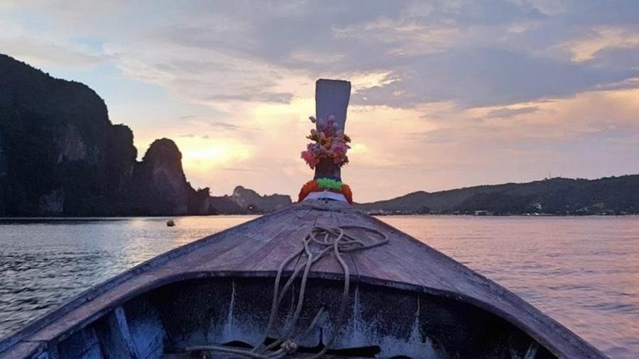La coque d'un bateau sur la baie Maya, en Thaïlande, et un coucher de soleil