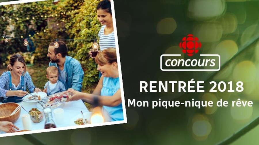 Des membres de plusieurs générations d'une famille dînent en plein air.
