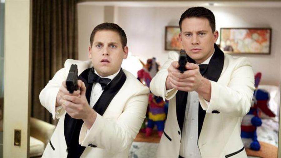 Les deux flics en tenue de soirée, arme au poing