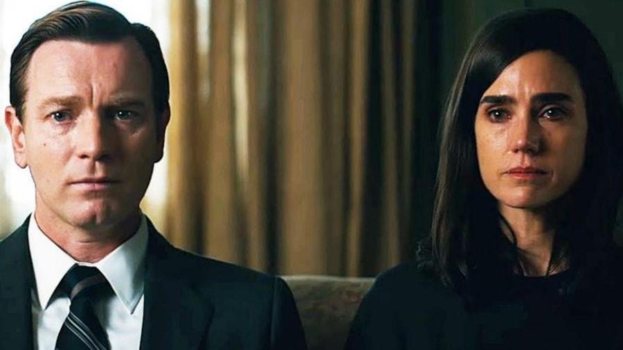 Un homme et une femme, tristes, côte à côte.