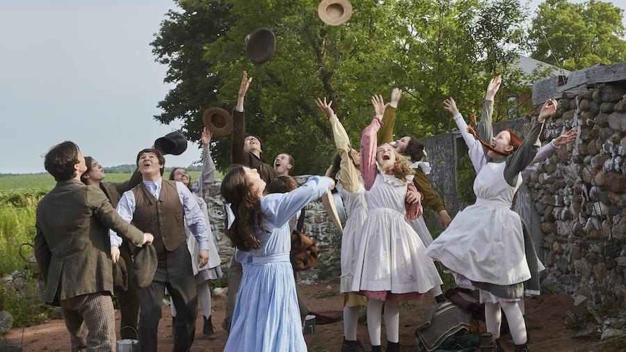 Les élèves lancent leurs chapeaux.
