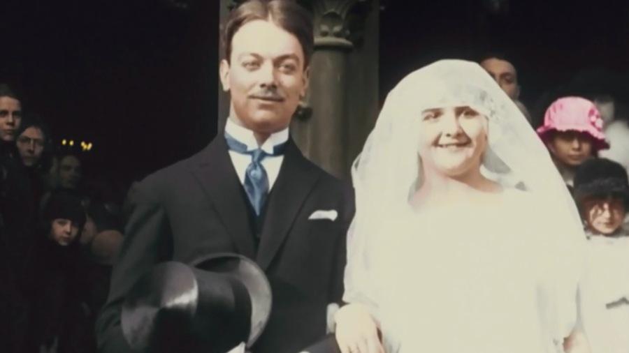 Un couple de mariés à la sortie de l'église