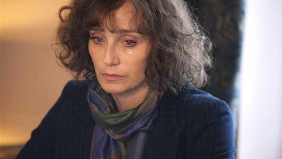 Une femme (Kristin Scott-Thomas), le visage mouillé de larmes.