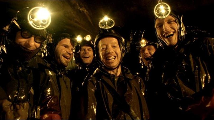 Une bande d'hommes hilares, avec des frontales.
