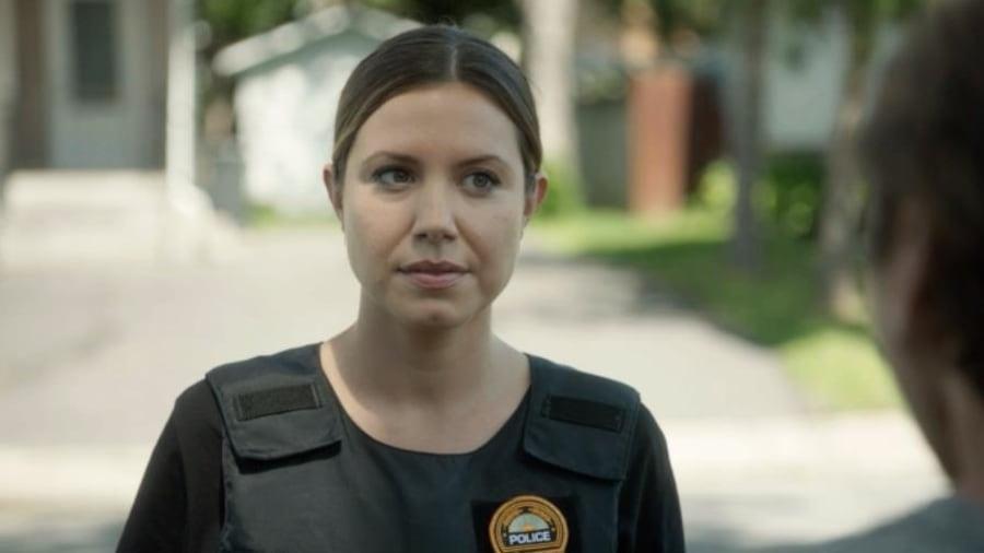 Vêtue de son gilet pare-balles, Nadine répond à Jeff Morin après l'intervention.