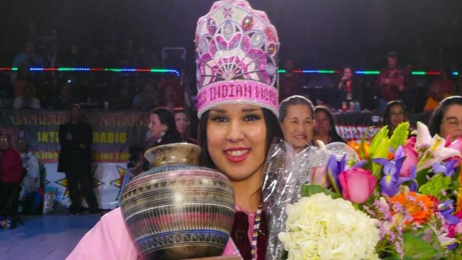 Une jeune femme qui participe au concours Miss Indian