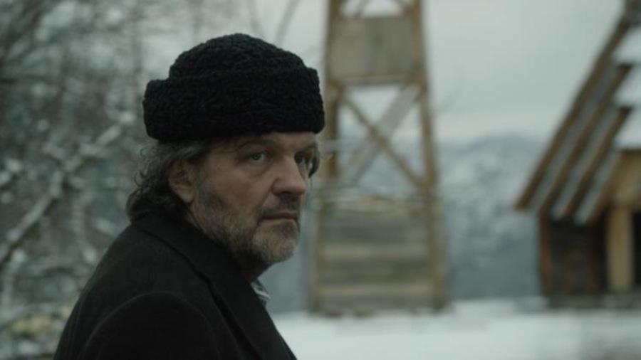 Un homme à l'extérieur, dans l'hiver.