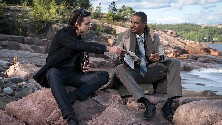 Gahalowood et Marcus qui prennent une bière et jasent sur le bord de l'eau.