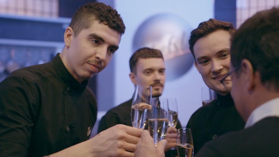 Camilo, Sébastien, Guillaume, Normand Laprise qui célèbre avec du champagne.