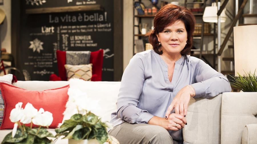 Marina Orsini assise sur le divan qui fait partie du décor de l'émission