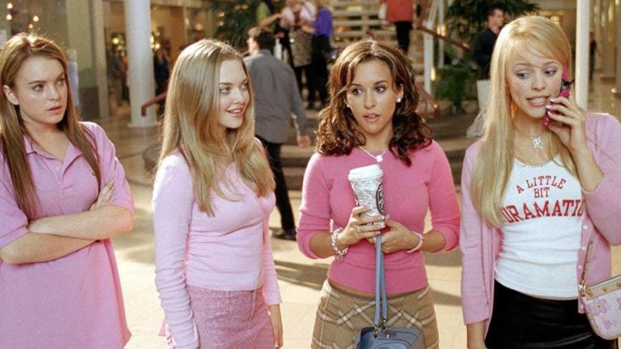 Quatre adolescentes, toute en rose, dans un centre commercial