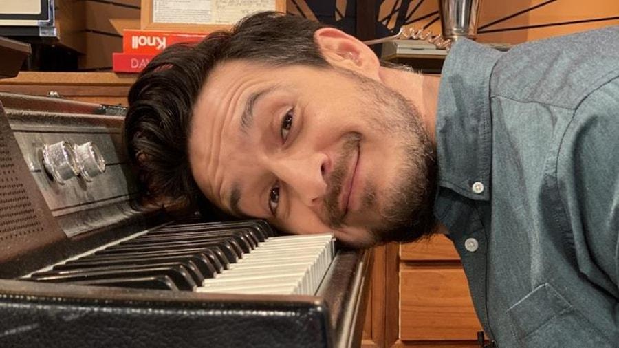 Sébastien Diaz se couche la tête sur le clavier du piano.