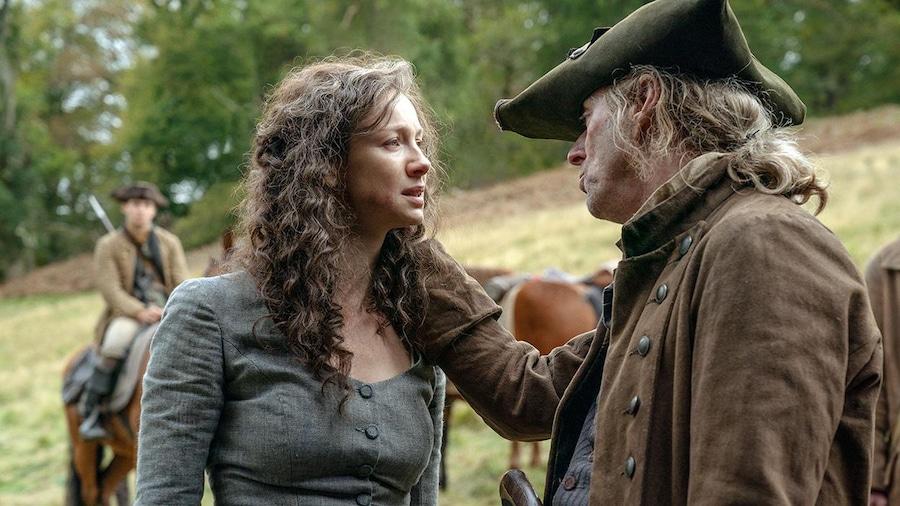 Un homme parle à Claire.
