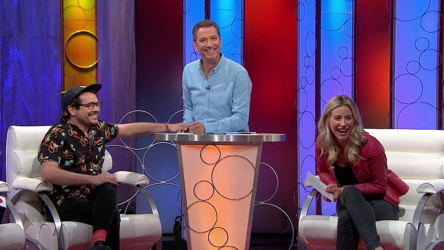 Il rigole avec ses deux invités.