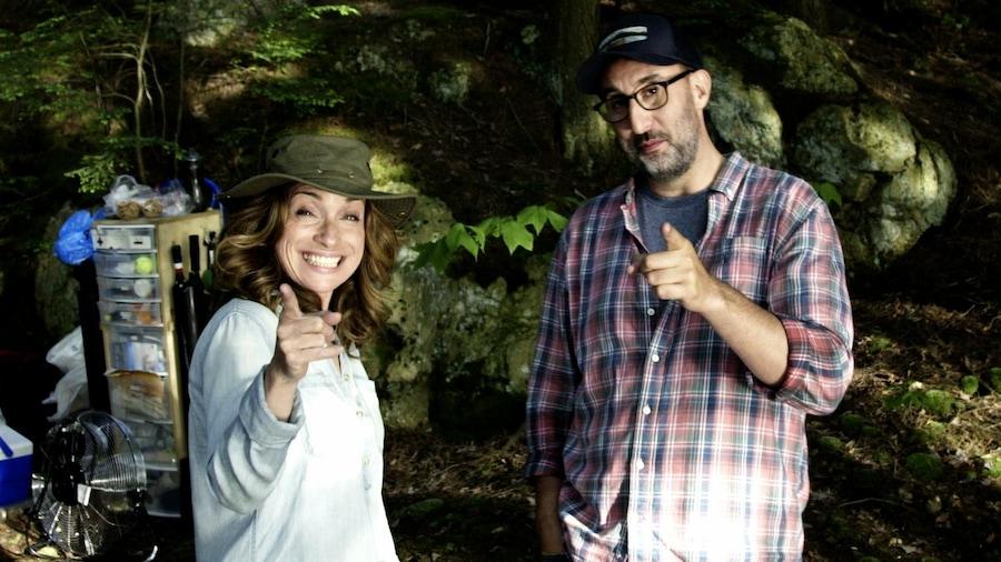 Les comédiens des Pêcheurs pointe leur doigt vers la caméra