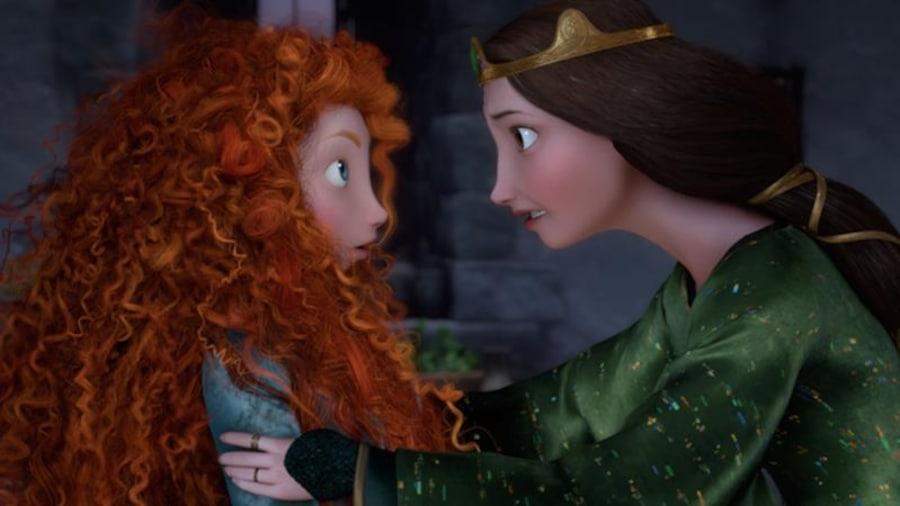 Une femme portant une couronne tient une jeune fille rousse par les épaules.