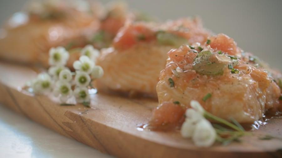 Un morceau de saumon sur une planche