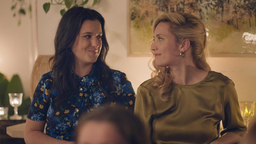 Les deux soeurs se regardent complices.