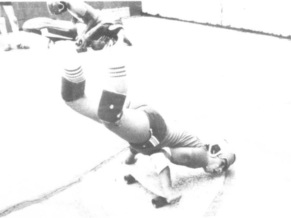 Une découpure de journal montre un jeune homme entrain de faire de la planche à roulettes, en équilibre sur ses mains.