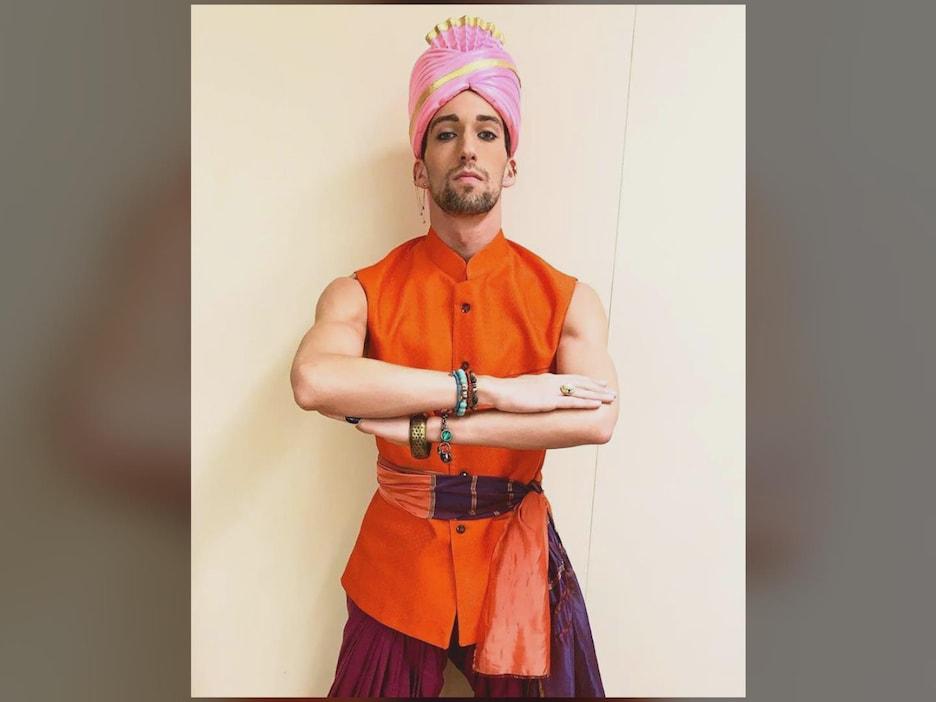 Jesse Matteau habillé pour le sketch de Bollywood dans le Bye bye 2018