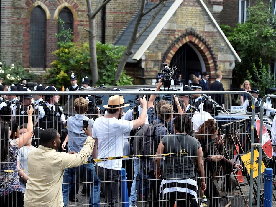 Des manifestants en colère, à la suite de l'incendie d'une tour d'habitation à Londres, ont pourchassé le véhicule de Theresa May vendredi.