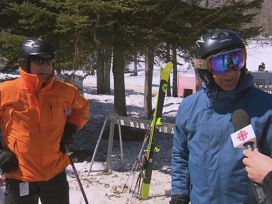 Deux skieurs lors de la dernière journée de ski alpin de la saison 2016 - 2017 à la station du Mont-Comi
