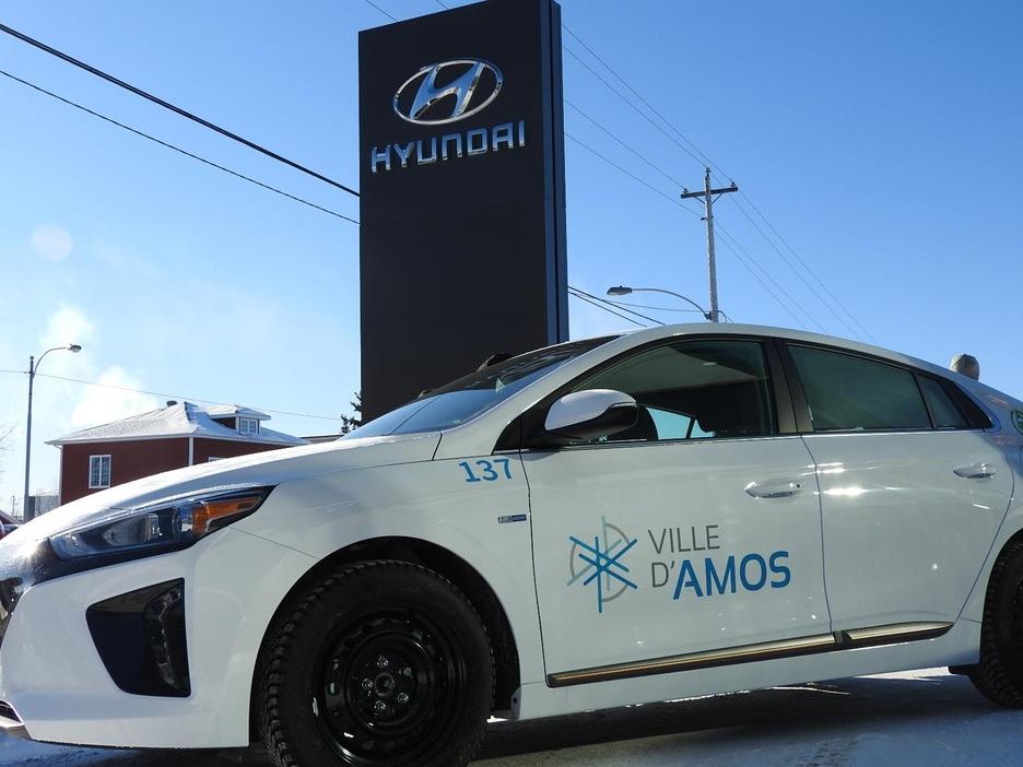 Une voiture porte le logo de la Ville d'Amos devant le concessionnaire Hyundai.