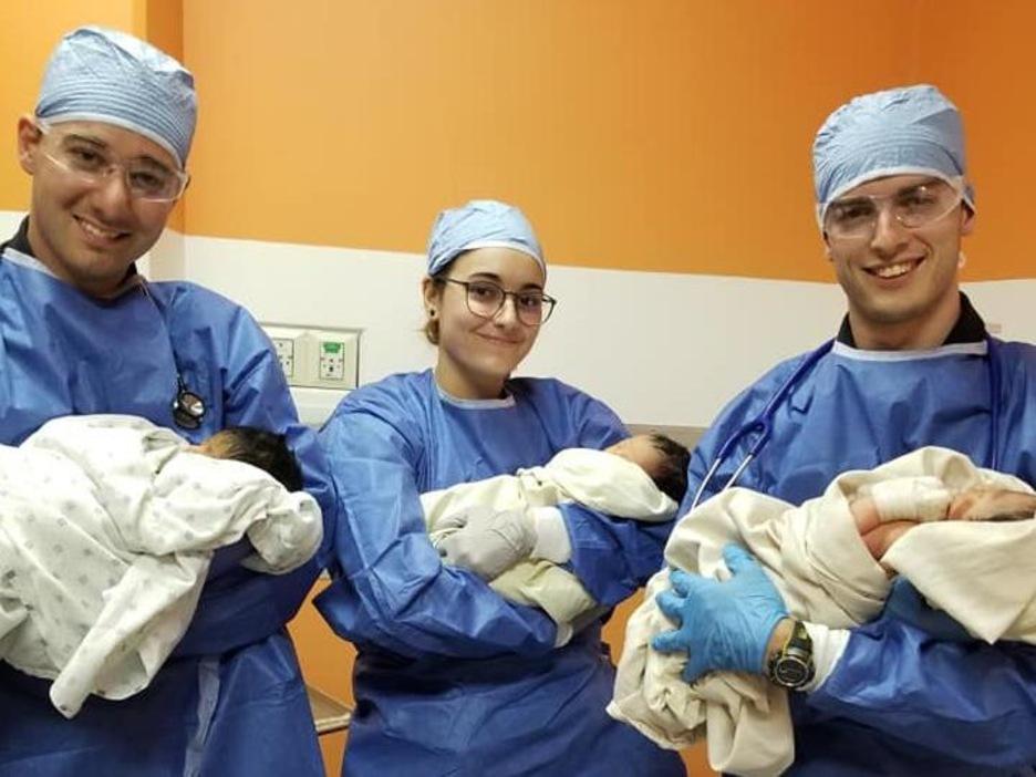 Trois étudiants québécois tenant chacun un bébé