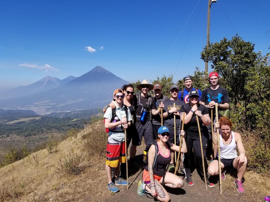 Les étudiants en randonnée avec des volcans en arrière-plan