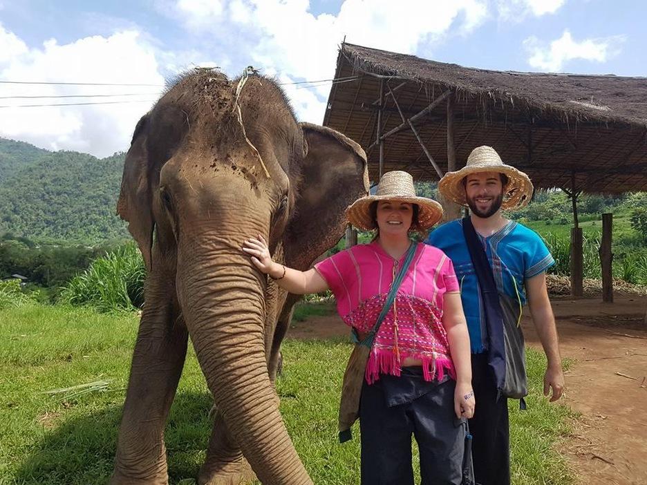 Stéphanie Bergeron et Nicolas Gagnon-Gauthier avec un éléphant, en Thaïlande