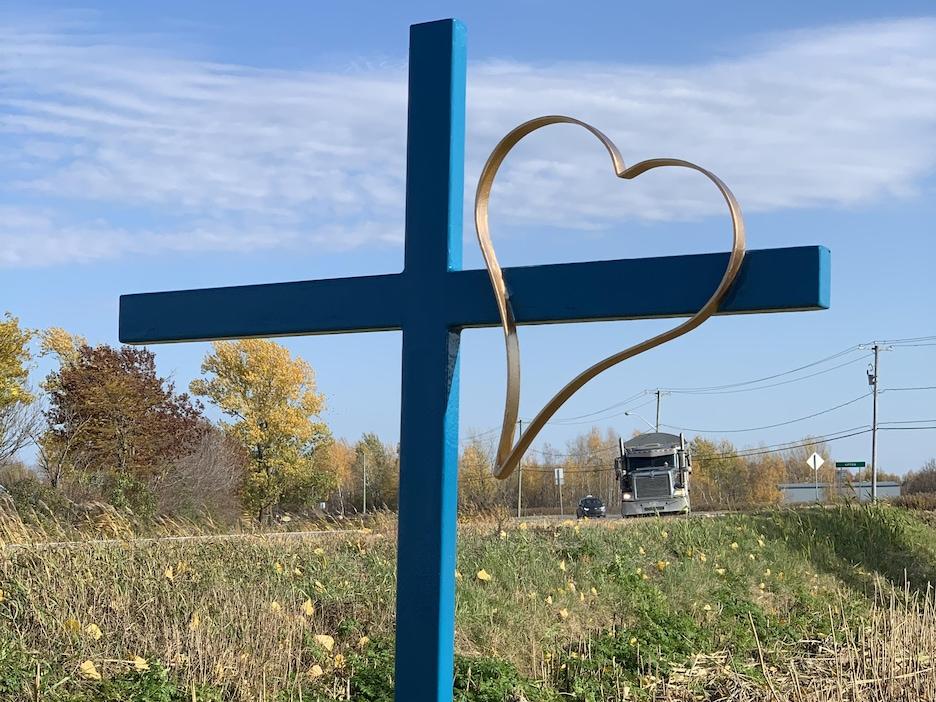 Croix de chemin plantée.