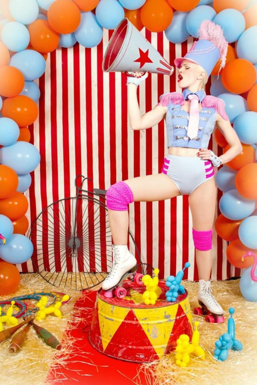 Une femme costumée en animatrice de cirque de style pin up.